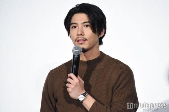 賀来賢人の嫁榮倉奈々さんは、元モデルでスタイル抜群。子供は女の子の可能性が高いです。共演したドラマのキスシーンで交際とも言われていて、交際から結婚までは